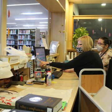 Pécsi könyvtárosok már közel 2000 kölcsönzőnek készítettek össze könyvcsomagokat